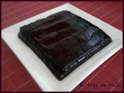 Tarta rellena de mermelada con cobertura de chocolate fácil